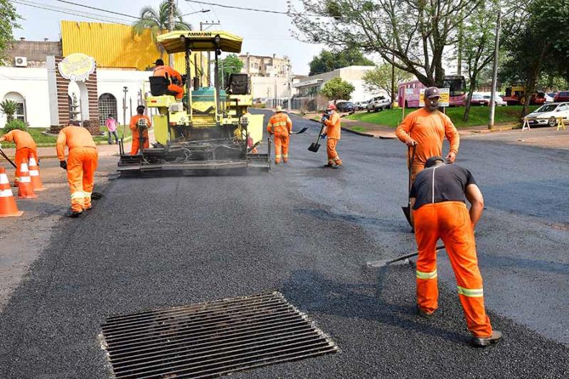 Rua 25 de Julho recebe asfalto após receber obras de contenção a alagamentos