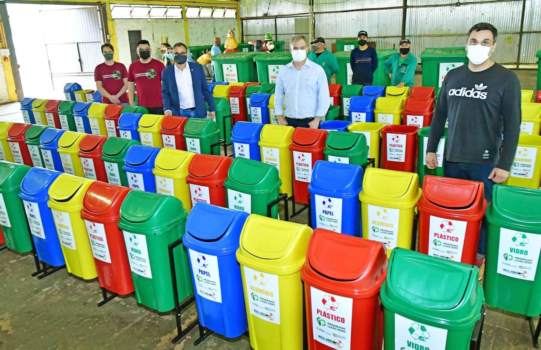 Governo Municipal repassa lixeiras e containers do Projeto Coleta Mais Limpa