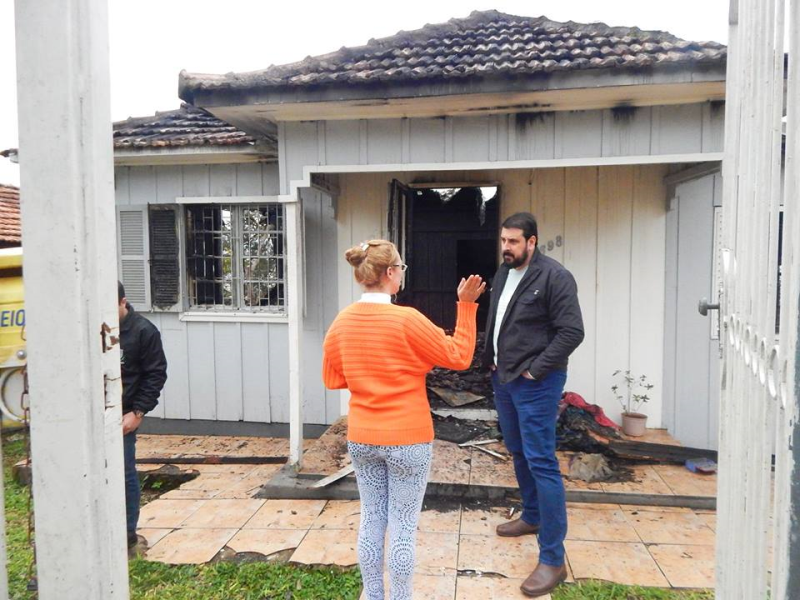 Habitação anuncia apoio à família que teve casa destruída em incêndio