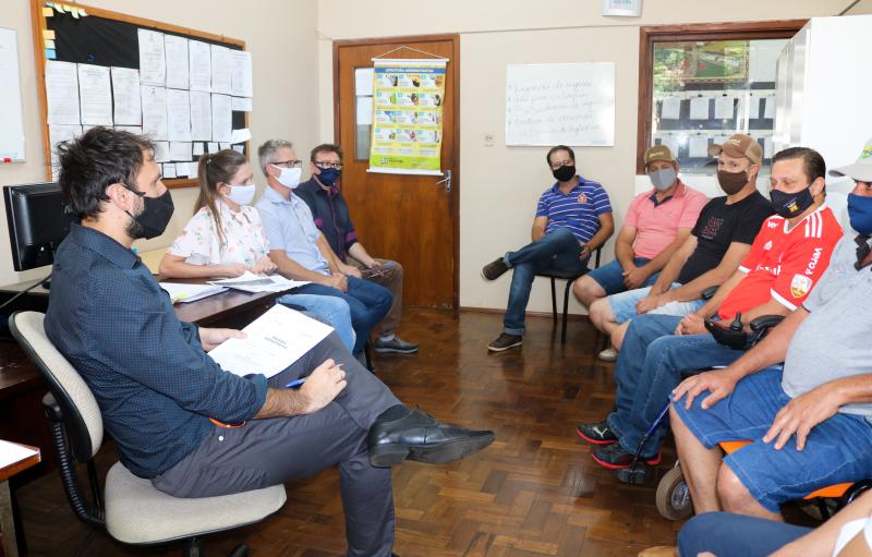 Executivo e Legislativo se reúnem com moradores da comunidade de Flor de Maio