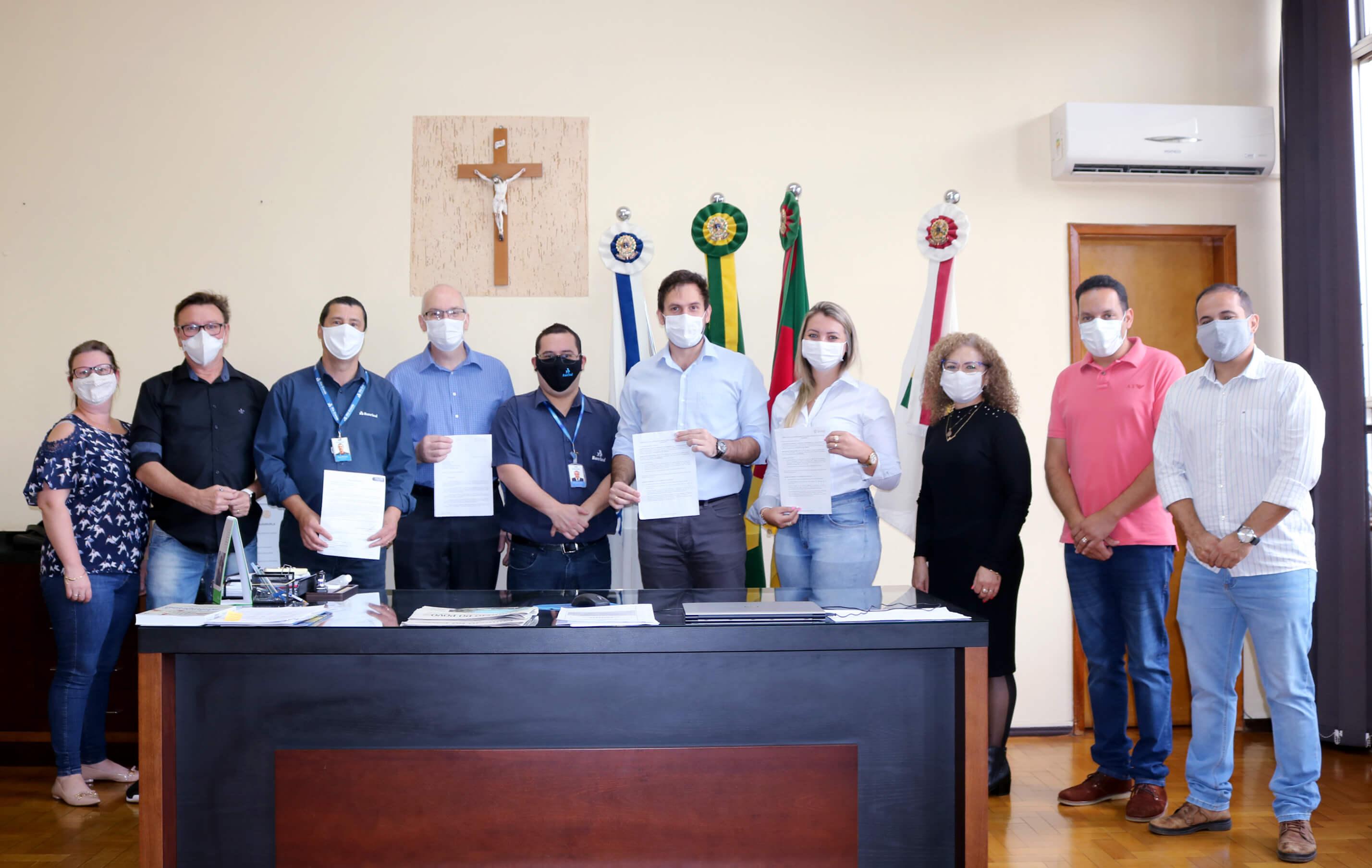 PREFEITO SE REÚNE COM REPRESENTANTES DE AGÊNCIAS BANCÁRIAS