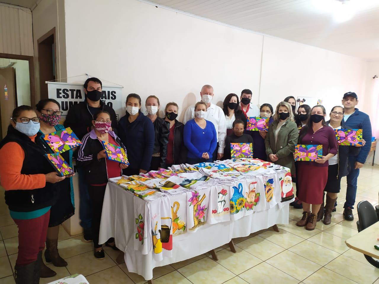A Secretaria Municipal de Assistência Social em parceria com o SENAR realiza Curso de Pinturas