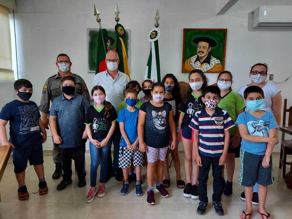 PREFEITO RECEBE A VISITA DOS ALUNOS DO 4º ANO DA ESCOLA HAIDÉE NASCIMENTO